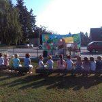 Polaznici DV Lastavica gledaju predstavu Šarenog svijeta u vrtiću