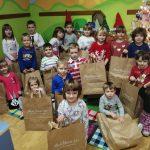 Povodom Sv. Nikole velečasni Ozren poklonio je djeci poklon pakete